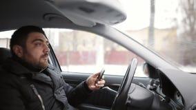 De taxibestuurder vervoert de passagier wegens de achteloosheid van de bestuurder wordt bijna in een ongeval De bestuurder bekijk stock footage