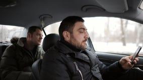 De taxibestuurder vervoert de passagier wegens de achteloosheid van de bestuurder wordt bijna in een ongeval De bestuurder bekijk stock video