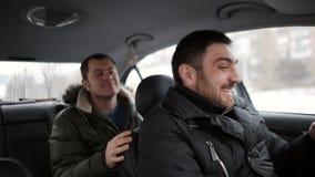 De taxibestuurder vervoert de passagier wegens de achteloosheid van de bestuurder wordt bijna in een ongeval De bestuurder bekijk stock videobeelden