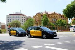 De taxibilarna och turisterna som enjoiying deras semester Arkivbild