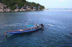 De taxiboot komt bij het dok van Koh Tao aan; dit soort boot Stock Afbeeldingen