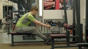 De te zware man deelt lager het hunkeren, achteroefeningen, naar in de gymnastiek Geschiktheid Gezonde Levensstijl stock footage