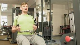 De te zware man deelt lager het hunkeren, achteroefeningen, naar in de gymnastiek Geschiktheid Gezonde Levensstijl stock videobeelden