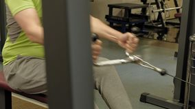 De te zware man deelt lager het hunkeren, achteroefeningen, naar in de gymnastiek Geschiktheid Gezonde Levensstijl stock video