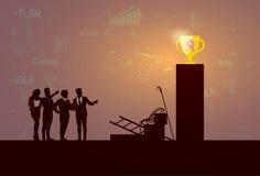 De Team Success Winner Golden Cup de la silueta hombres de negocios Imagen de archivo libre de regalías
