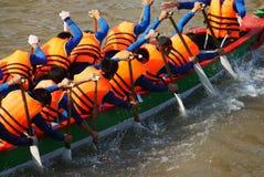 De teambouw activiteit, het roeien draakboot het rennen Stock Foto's