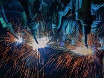 De teamrobots lassen deel in automobiel industriële fabriek royalty-vrije stock fotografie