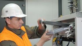 De technici installeren optische vezel met kabelbanden stock footage