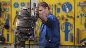 De technici ontmantelen transmissie van een grote vrachtwagen stock video