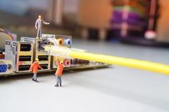 De technici proberen aan het verbinden van verbonden het netwerk van de kabeldraad royalty-vrije stock foto's