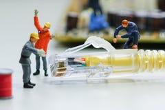 De technici proberen om het netwerk van de kabeldraad te herstellen stock afbeelding