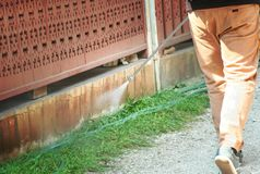 De technicimens elimineert termieten bij buitenkant rond huis royalty-vrije stock afbeeldingen