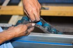 De technicus die transportband in fabriek herstellen Royalty-vrije Stock Foto's
