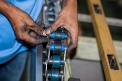 De technicus die transportband in fabriek herstellen Royalty-vrije Stock Foto