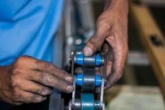 De technicus die transportband in fabriek herstellen Stock Foto