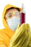 De technicus die van het laboratorium met gevaarlijke chemische producten werkt stock foto