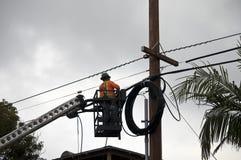 De technicus die van de vezeloptica aan kabels werken Royalty-vrije Stock Afbeeldingen