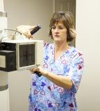 De Technicus van de radiologie met Röntgenstraal Stock Foto's