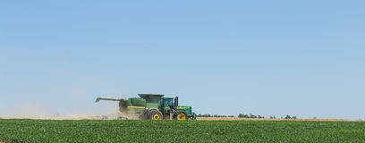 De technicuswerken op het gebied voor de oogst stock afbeelding