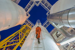 De techniek beklimt tot olie en gasprocesinstallatie aan de dehydratieverwerking van het waarnemersgas in nachtploeg royalty-vrije stock afbeeldingen