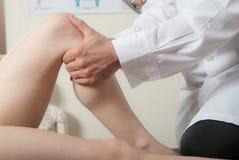 Hand, fysio en uitgevoerde therapietechnieken Stock Afbeeldingen