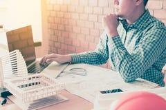 De techniekmens op laptop het scherm kijken en de analyse die berekenen Stock Foto's