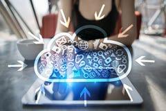 De technologie van de wolk Laptop en dossierkabinet met ringsbindmiddelen Voorzien van een netwerk en Internet-de dienstconcept royalty-vrije stock afbeelding