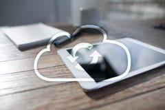 De technologie van de wolk Laptop en dossierkabinet met ringsbindmiddelen Voorzien van een netwerk en Internet-de dienstconcept royalty-vrije stock foto
