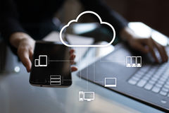 De technologie van de wolk Laptop en dossierkabinet met ringsbindmiddelen Voorzien van een netwerk en Internet-de dienstconcept stock fotografie