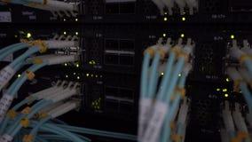 De technologie van netwerkapparaten, optische vezelkabel en schakelaar stock footage