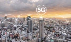 De technologie van de netwerkverbinding in de stadszonsondergang, met het voorzien van een netwerkteken van 5g Internet stock afbeelding
