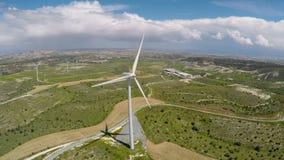 De technologie van de windturbine voor elektriciteitsproductie wordt gebruikt, technische vooruitgang die stock video
