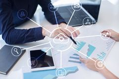 De technologie van de wolk Laptop en dossierkabinet met ringsbindmiddelen Voorzien van een netwerk en Internet-de dienstconcept royalty-vrije stock afbeeldingen