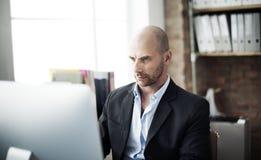 De Technologieconcept van zakenmananalysis computer searching stock afbeeldingen