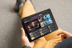 De technologienieuws van de mensenlezing op tablet royalty-vrije stock foto