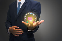 De technologiepictogrammen van de zakenmanholding stock afbeelding