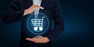 De technologiewereld van Cart Shopping van de handzakenman digitale het Winkelen ordetransacties op Internet die op de wereld onl stock afbeelding