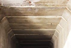 De technologische tunnel van concrete plakken gaat onder de spoorweg met toegang tot het overzees over Royalty-vrije Stock Fotografie