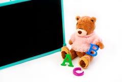 De teddybeer is bezig onderwijs royalty-vrije stock foto's
