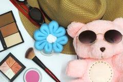De teddybeer heeft een mooi roze Gezet op zwarte eyewear om omhoog met schoonheidsmiddelen te maken, hebben een mooie gele hoed,  royalty-vrije stock afbeeldingen
