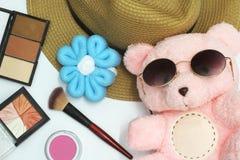 De teddybeer heeft een mooi roze Gezet op zwarte eyewear om omhoog met schoonheidsmiddelen te maken, hebben een mooie gele hoed,  stock afbeeldingen
