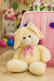De teddybeer van het huwelijksdecor bij restaurant met alle schoonheid en bloemen Royalty-vrije Stock Foto's