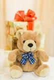 De teddybeer van het huwelijksdecor bij restaurant met alle schoonheid en bloemen Stock Foto