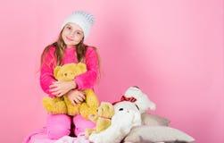 De teddyberen verbeteren psychologisch welzijn Unieke gehechtheid aan gevulde dieren Het spel van het jong geitjemeisje met zacht royalty-vrije stock fotografie