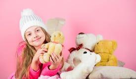 De teddyberen verbeteren psychologisch welzijn De zachtheid is zeer belangrijk Van de de greepteddybeer van het kind klein meisje stock foto's
