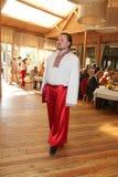 De teer van stadium, Operazanger, de handelingen van teneursergey muravyov, zingt het nationale Oekraïense Russische kostuum Royalty-vrije Stock Foto's