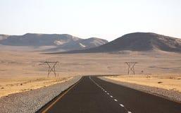 De teerweg buigt een hoek stock fotografie