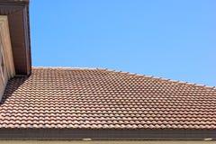 De tegeldak van de klei in Florida tegen duidelijke blauwe hemel Royalty-vrije Stock Foto