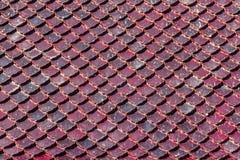 De tegelpatroon van het close-up wordt het oude dak gestapeld kijkt als schalen van Th Stock Afbeeldingen