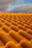 De tegels van het dak en humeurige hemel Stock Afbeelding